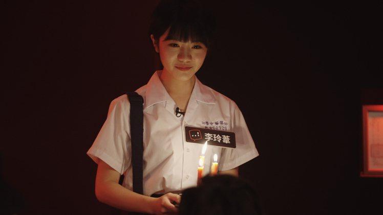 「返校」女主角李玲葦手持蠟燭現身,驚悚指數破表。圖/Netflix提供
