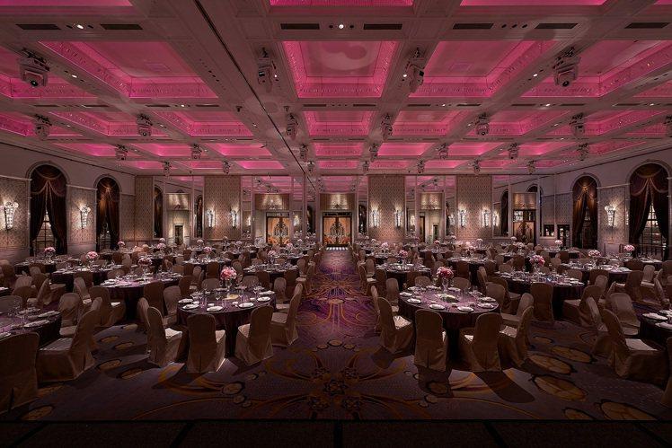 氣派非凡、挑高7 3米的大宴會廳,向來是精品業及金融業舉辦尾牙春酒宴會的首選。圖...