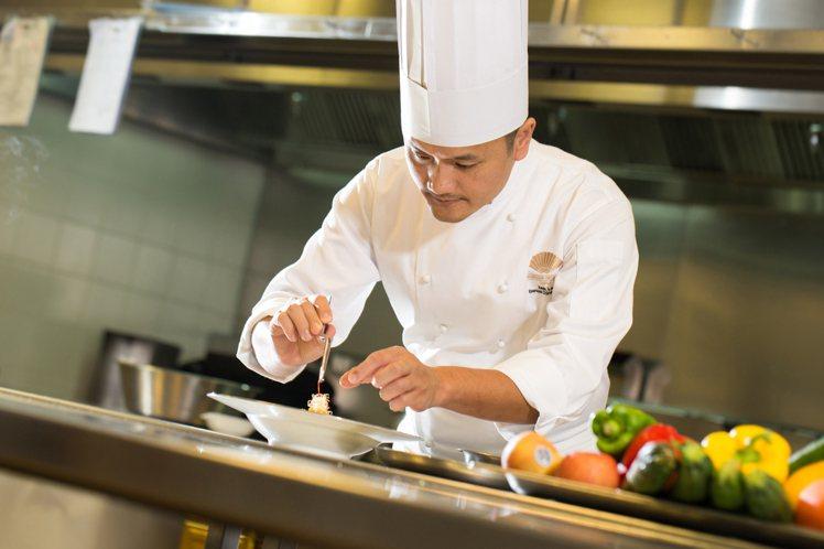 擁有超過25年豐富廚藝經驗的宴會廳中餐主廚李政上,將以爐火純青的廚藝,打造完美饗...
