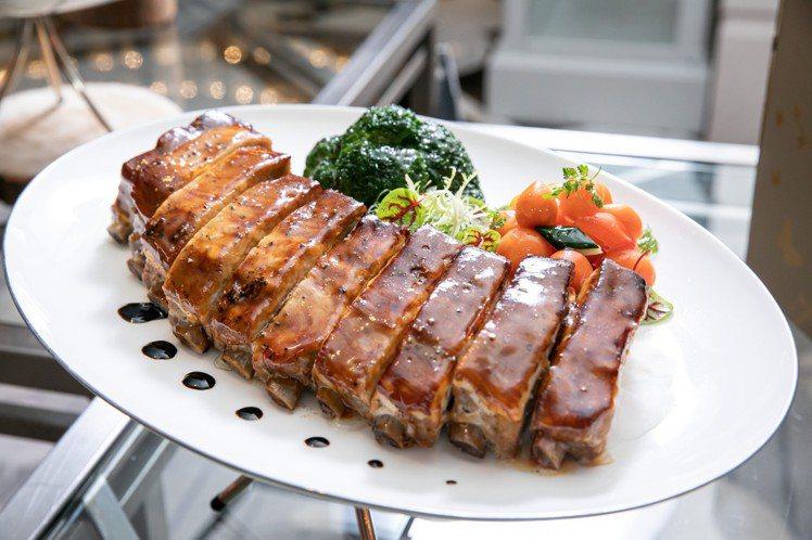 令人吮指回味的文華東方尾牙春酒招牌佳餚之一「爐烤豬肋排」。圖/台北文華東方酒店提...