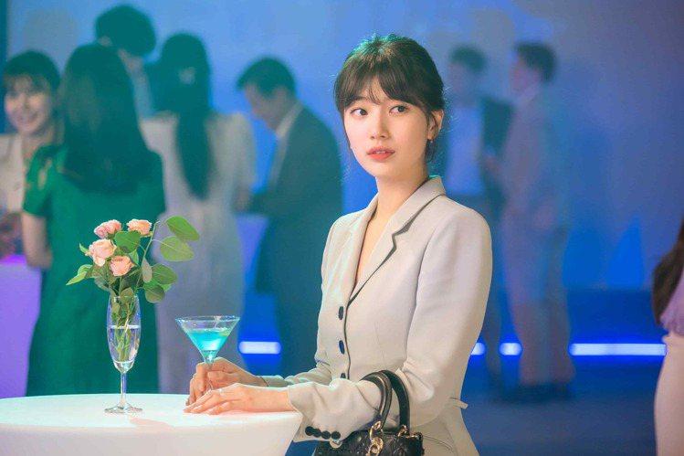 秀智在「Start-Up:我的新創時代」劇中身穿韓國品牌Avouavou套裝,選...