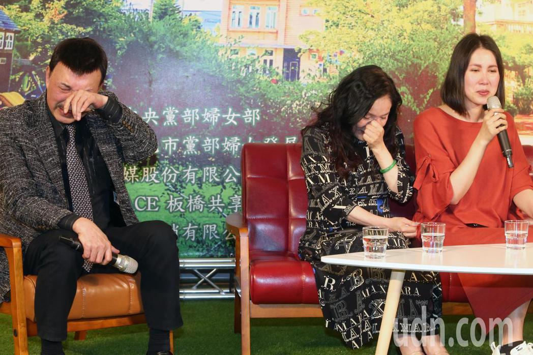 分享自己辛苦的抗癌過程,余苑綺(右)數度泣不成聲,一旁的余天(左)和李亞萍(中)...