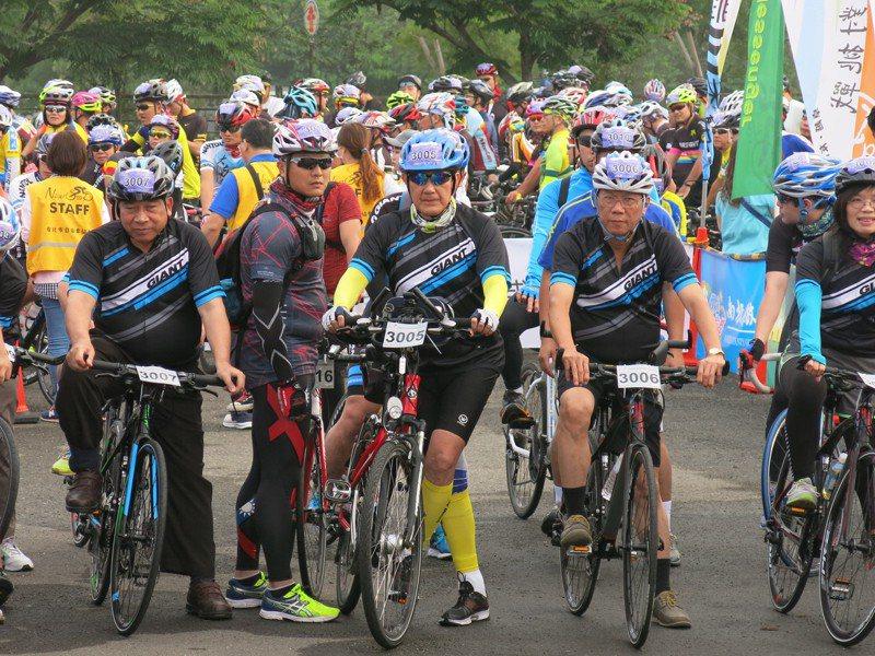 紫南宮環縣極限挑戰99.9K自行車活動,延至本周日清晨出發,前總統馬英九將第3度以自行車環縣完騎挑戰。圖/本報系資料照片