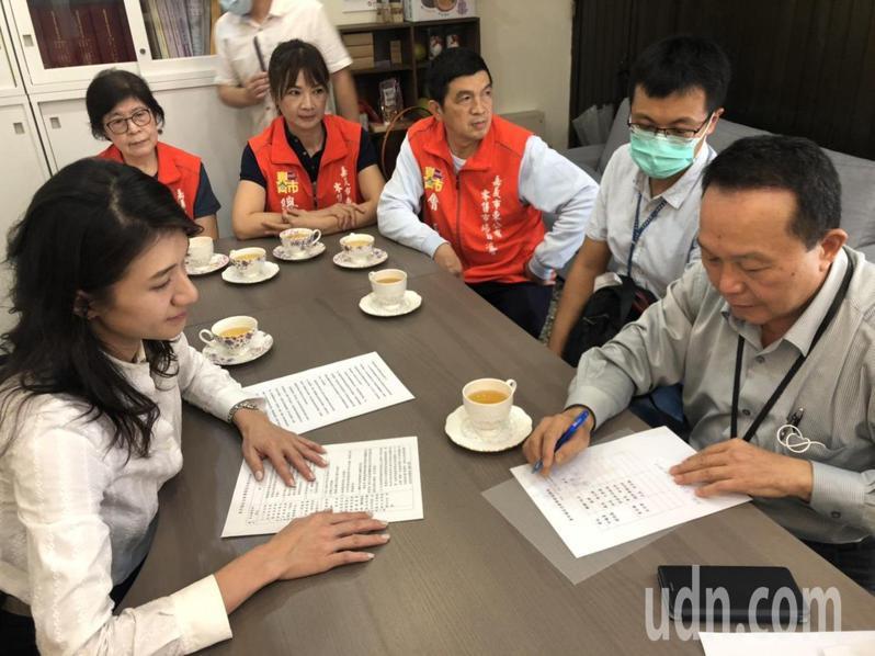 嘉義市建設處長陳光興(右一)等人在市議員戴寧(左一)見證下,簽署改善東市場現況的協議。記者李承穎/攝影