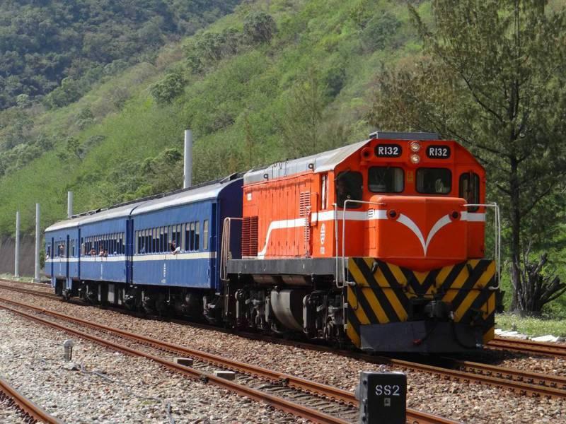 「藍皮列車」是全台僅存無空調藍皮普快列車,每天一班來回枋寮台東,將隨環島幹線電氣化南迴線12月23日通車而停駛。記者潘欣中/翻攝