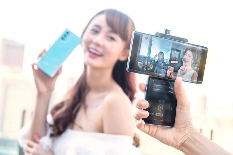 LG WING配備3,200萬畫素彈出式前鏡頭,並支援雙向攝錄功能。圖/LG提供
