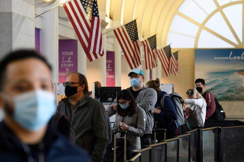 許多美國人不顧染疫風險,在感恩節前搭機回家團圓。過去一周,全美各地機場每天有近百萬人次通過安檢。法新社