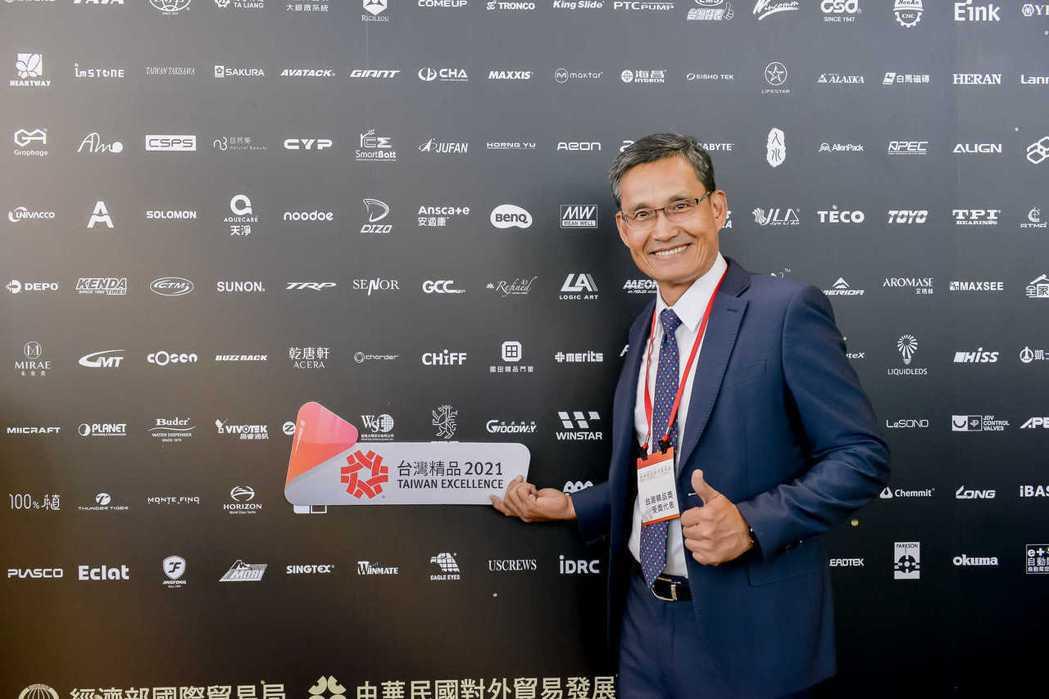 智晶光電以穿透式OLED觸控面板獲2021年台灣精品獎,圖為智晶總經理李湘耘代表...