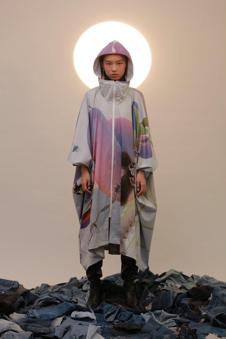 以「觀世音菩薩」像為靈感的從容自在是2021春夏主題,圖中的雨衣來自潛水布料回收...