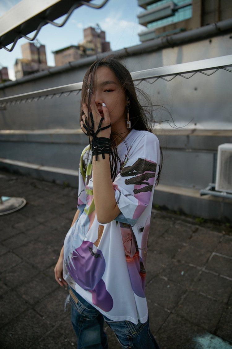 2021春夏有來自台灣在地虱目魚鱗抽紗製成的膠原蛋白布料。圖/JENN LEE提...