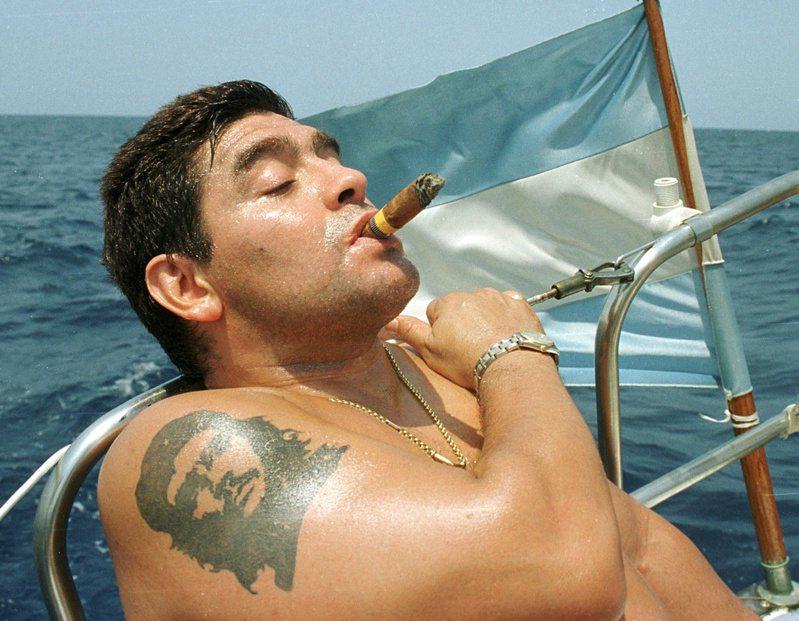 馬拉度納把球場外的惡行不只是酗酒,而且還吸毒,而且屢次被抓到。他不但尋歡作樂,而且多次背叛自己的婚姻。圖為馬拉度納2000年攝於古巴。路透