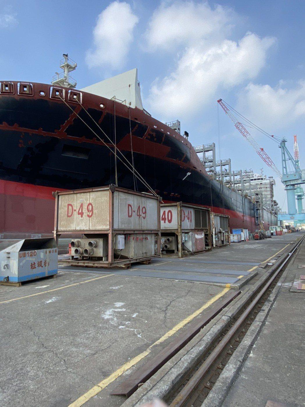 高雄港的台船碼頭昨天下午傳出包商進行焊接突氣爆,1死1傷。記者林伯驊/翻攝