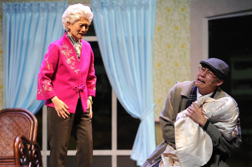 譚艾珍(左)演出舞台劇「一夜新娘」與風田的對手戲。圖/故事工廠提供