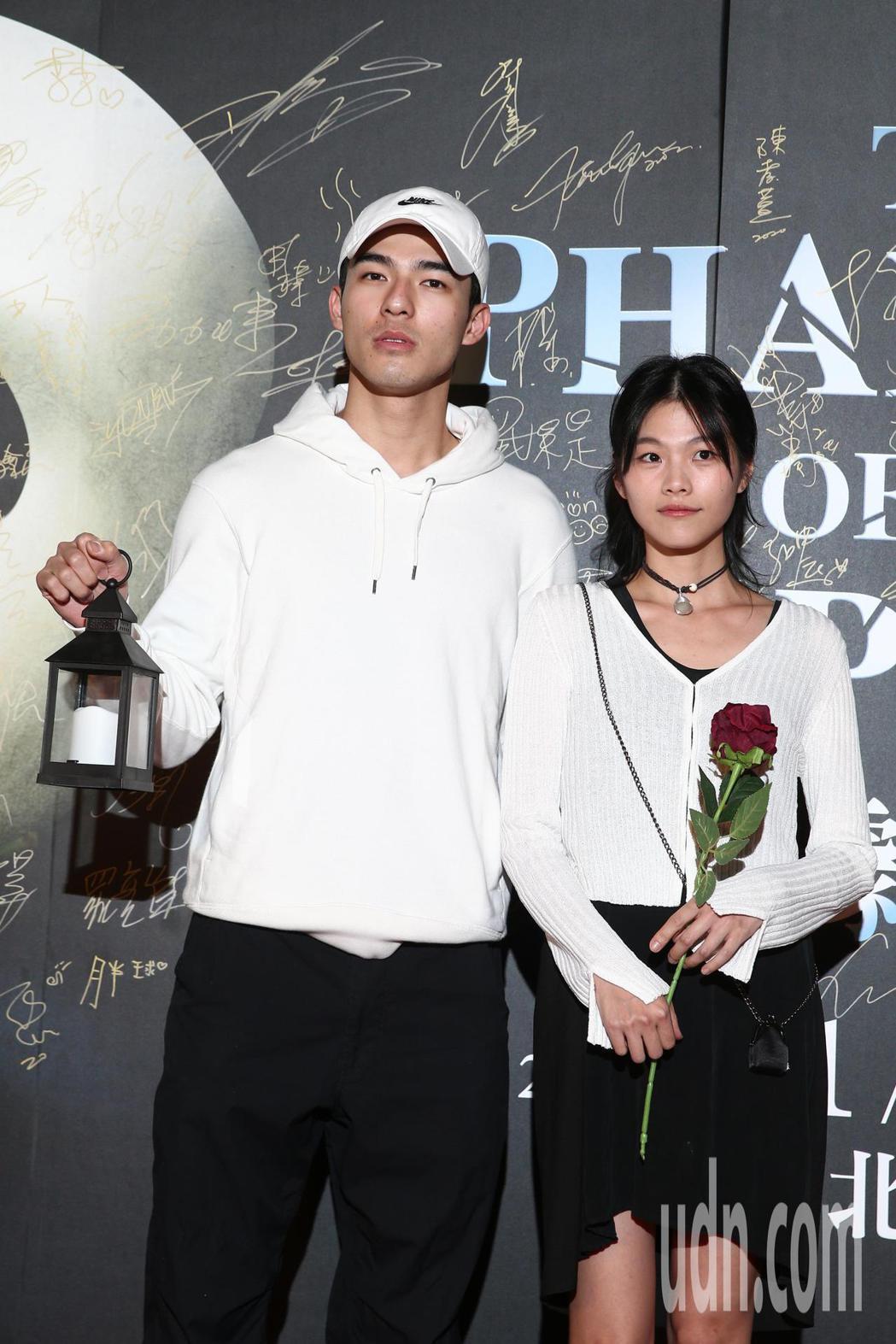 陳昊森(左)與柯泯薰(右)觀賞百老匯音樂劇「歌劇魅影」。記者蘇健忠/攝影