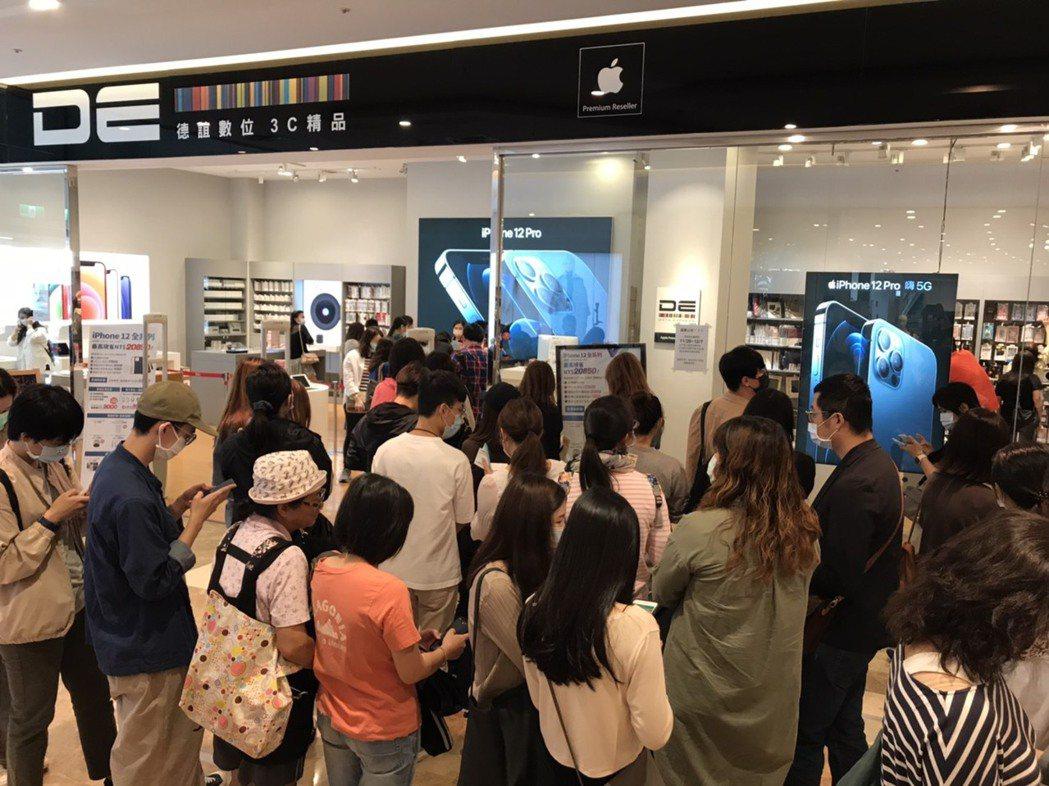 遠東巨城看準換機潮持續發酵iPhone 12系列日賣超過200支。遠東巨城/提供