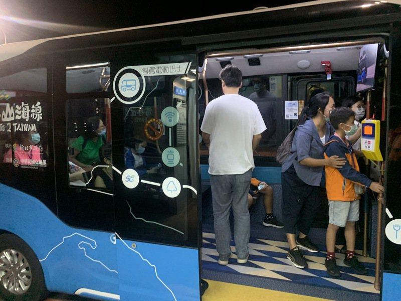 曾搭乘過智駕電動巴士的陳姓民眾說,搭乘時感到很新鮮,由於車速緩慢乘車感覺很平穩,但曾有人指大雨時會出現急煞狀況。圖/新北交通局提供