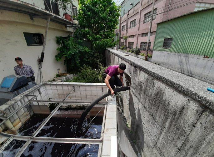 龜山汙水處理廠特別在牆面上鑿洞,方便消防水車到場時,直接用軟管取用放流水以利救災。圖/消防局提供