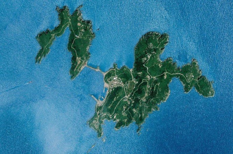 馬祖的東引,從超高解析影像中,可見中柱島、感恩亭、一線天等建物與特殊地質景觀。圖/中央大學太空及遙測研究中心提供