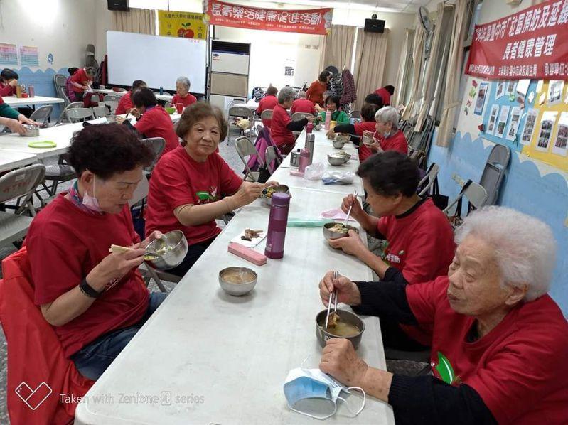 台中市413個關懷據點已有319個有共餐服務,每周提供1到5天不等的餐食服務。圖/台中市府提供