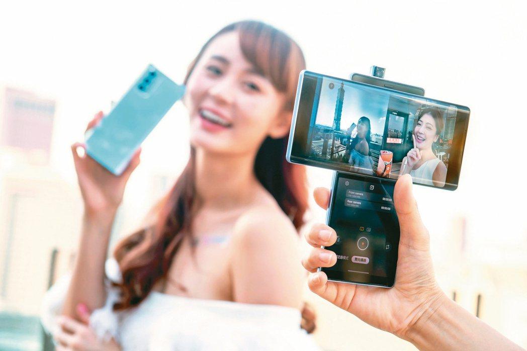 LG旋轉雙螢幕手機LG WING。台灣LG電子/提供