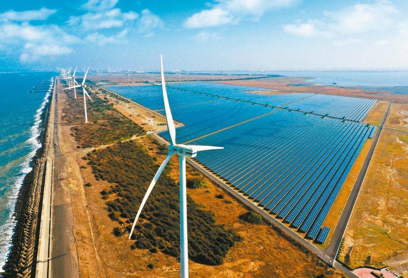 經濟部長王美花昨天表態,「用電大戶條款」將於明年元旦正式上路。圖為「彰濱雙綠能」太陽光電暨風力發電場。 台電/提供
