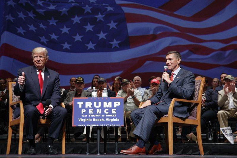 美國總統川普(左)宣布特赦前國安顧問佛林(右)。圖為兩人二○一六年在維吉尼亞州一起參加競選活動。(美聯社)