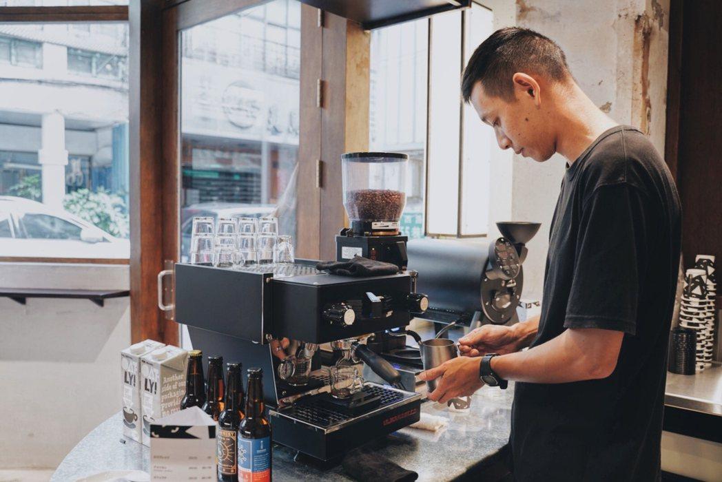 Ken發現附近很多長輩不僅愛喝咖啡,也有在騎公路車,甚至組成鈕扣街車隊,令他相當...