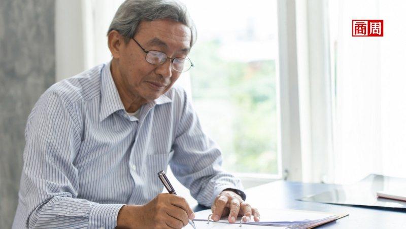 自營業者過半都是過50歲的中年男性! Recruit Works調查顯示,其中又以業務員、建築業為大宗。(來源.Dreamstime)