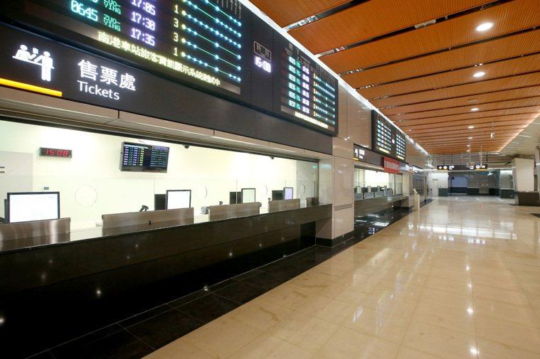 台灣高鐵公司宣布,12月1日起進入非付費區也要戴口罩。本報資料照片