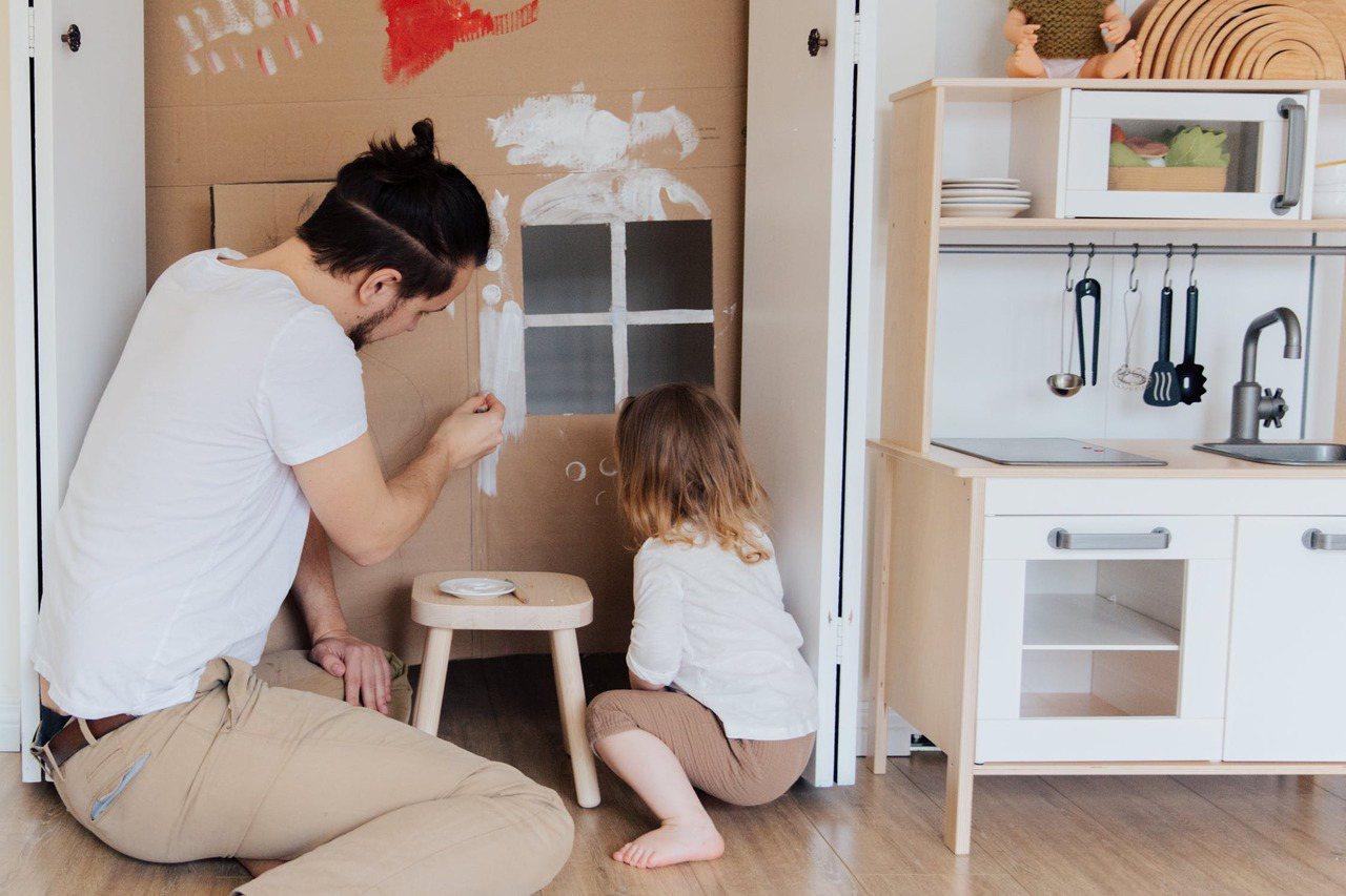 缺乏父親或母親關愛的孩子,可能也會有心理發展不健全的疑慮。 圖/pexels