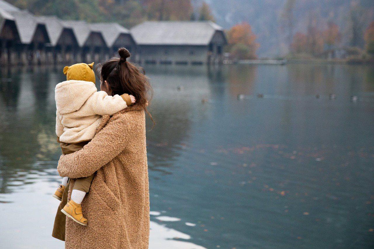 比起屈就在不快樂的假面家庭,離婚後父母與孩子的正向相處也不失為另一條更寬廣的出路...