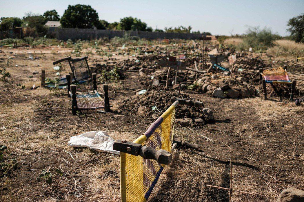 邁卡德拉附近被丟棄,搬運傷者與遺體用的擔架。 圖/法新社