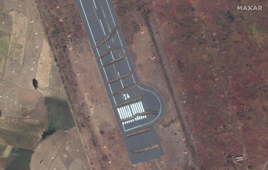 提格雷的阿克蘇姆機場(Aksum Airport)設置屏障阻止飛機降落。 圖/法...