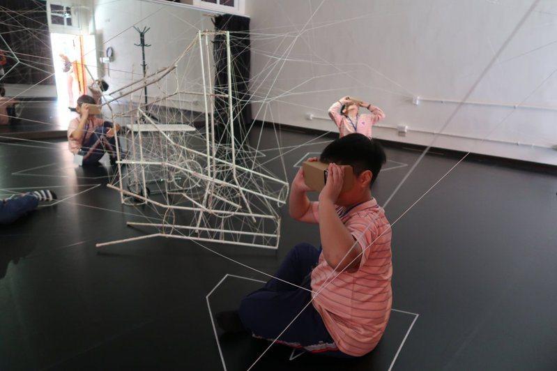學生使用VR打開藝術視野。圖片提供/北市修德國小
