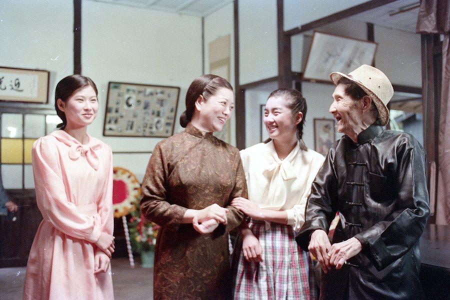 《悲情城市》,左起辛樹芬、陳淑芳與李天祿(右一),攝於1989年。 圖/聯合報系資料照
