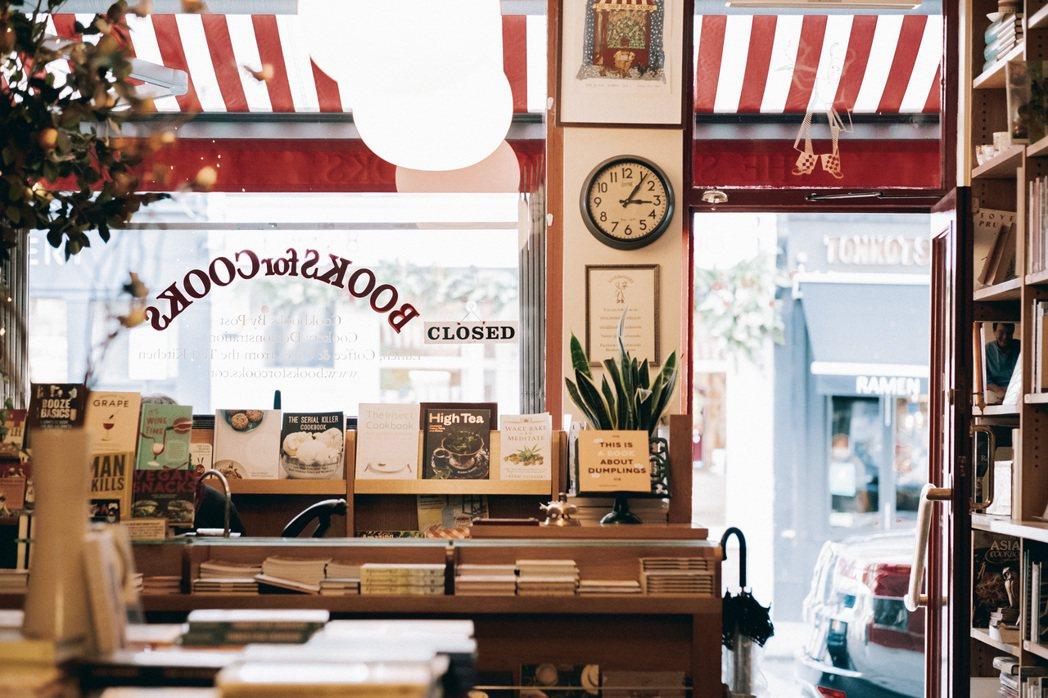 可愛小巧的結帳櫃檯依舊被書包圍,店裡堆滿老件和瓷器,Books for Cook...