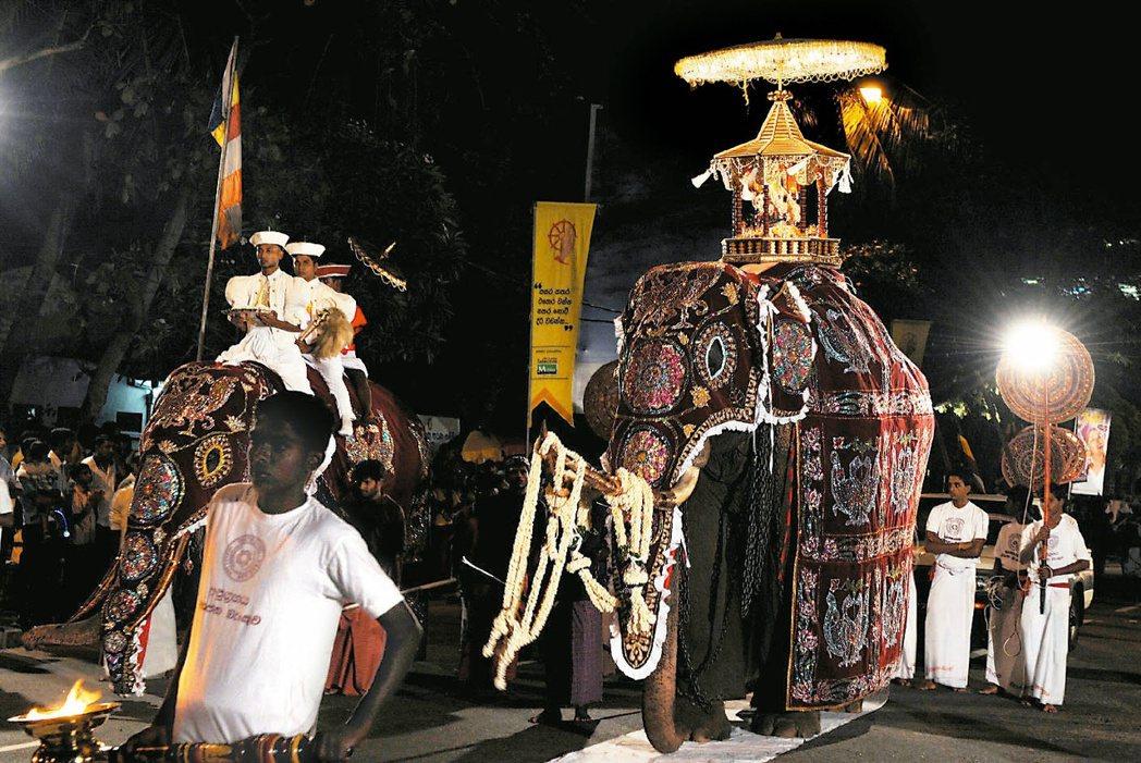 以佛教為大宗信仰的斯里蘭卡社會,就一直存在著「尊敬大象」的信仰文化;每年的「佛牙...