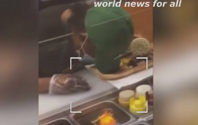 美國芝加哥一名Subway員工,製作潛艇堡到一半時突然睡著。圖擷自「world news for all」YouTube