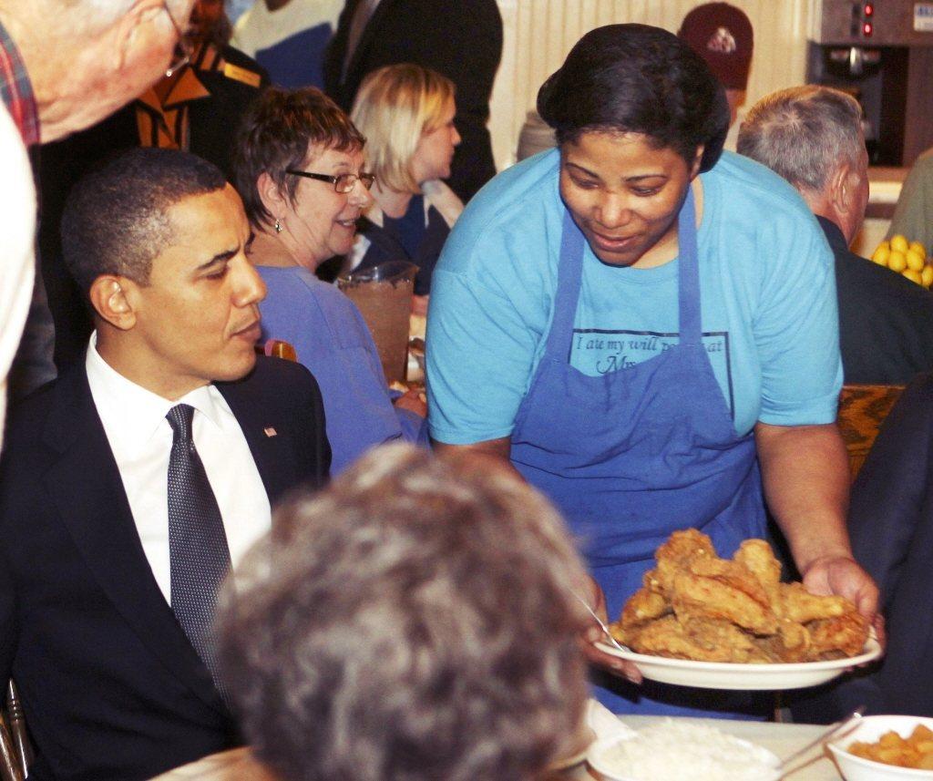 圖為美國前總統歐巴馬在非裔家庭餐廳享用靈魂料理——炸雞。 圖/法新社