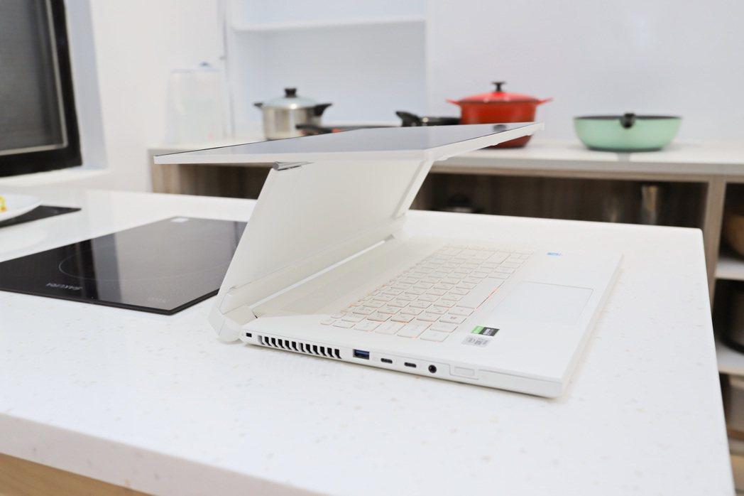 全機提供共用、浮動、筆電、斜立、平板、展示模式。 彭子豪/攝影