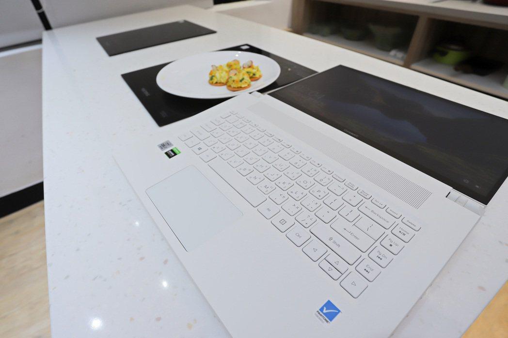 ConceptD 7 Ezel Pro可180度平躺。 彭子豪/攝影