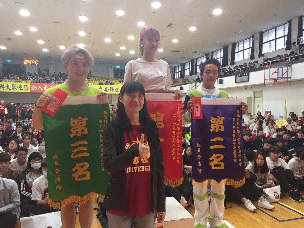東南科技大學蔣南南董事長與全校運動會前三名班級合影。 東南科大/提供