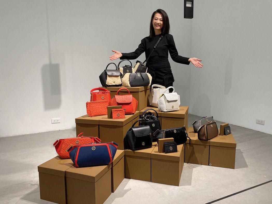 POEII創辦人暨總設計師Nicole Lo強調,隨身攜帶的包款不但是個人時尚風...