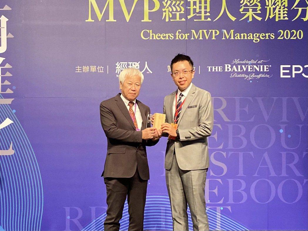 公勝保經總經理蔡聖威(右)再度獲選為百大MVP經理人。公勝保經/提供。
