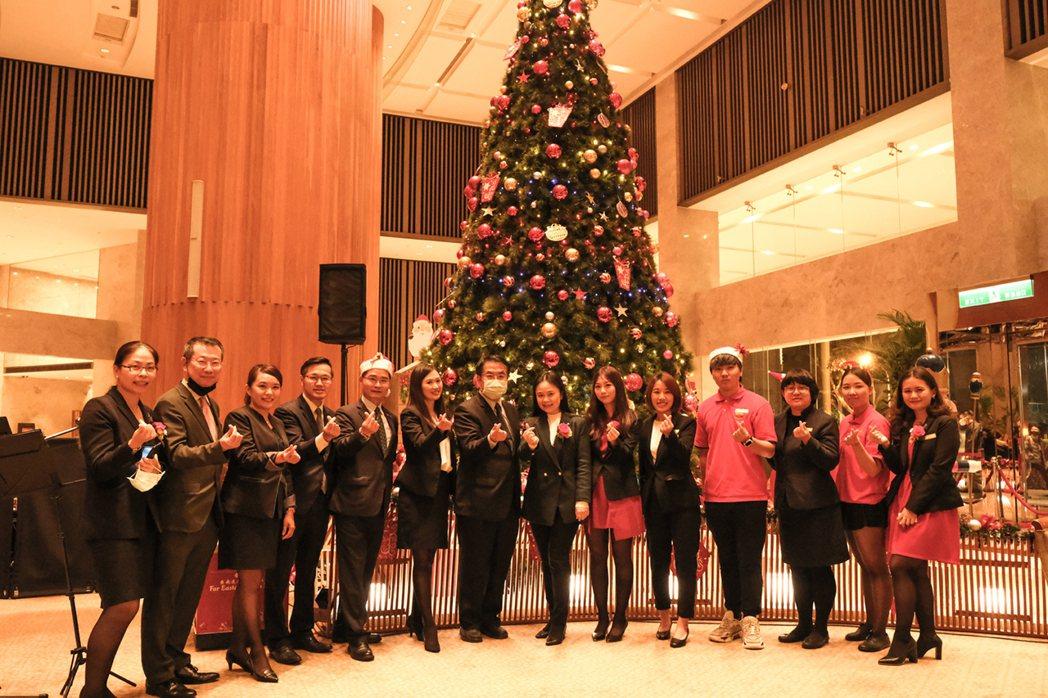 台南市長黃偉哲(左中)親臨童話耶誕點燈晚會,與飯店同仁一同合影。 業者/提供
