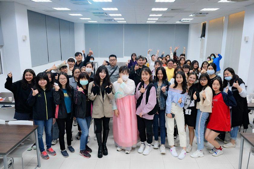 SPECIAL韓國文化體驗,學員們滿載而歸合影留念。 校方/提供