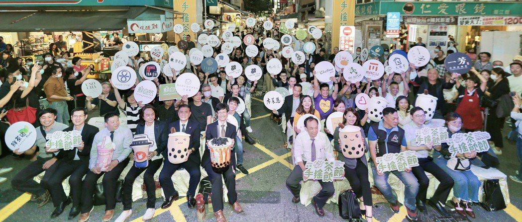 經濟部商業司首次舉辦「2020臺灣手搖茶飲節」,要讓臺灣手搖國飲「飲」領潮流。經...