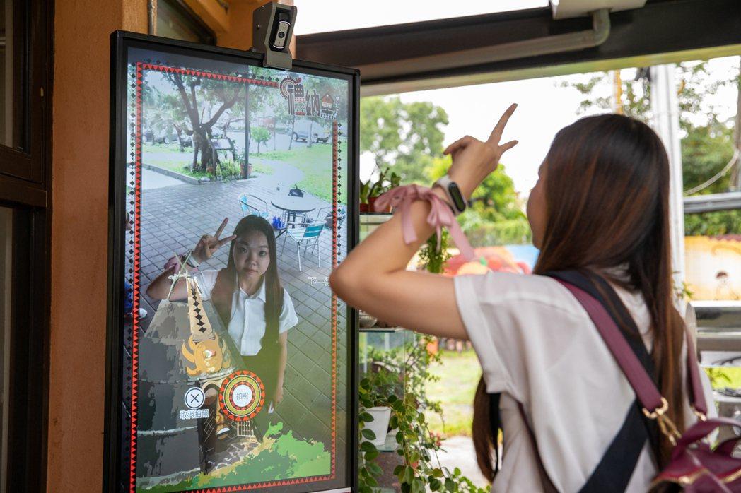 Kiosk導覽資訊服務站內建的AR互動拍照遊戲,還能滿足年輕人拍照上傳社交平台。...