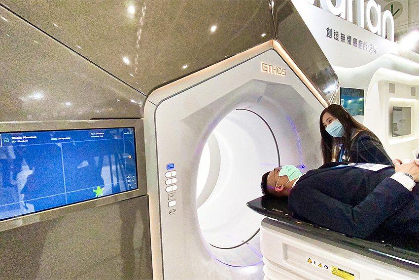 瓦里安派專人示範解說Ethos AI輔助放射治療設備操作。 瓦里安公司/提供