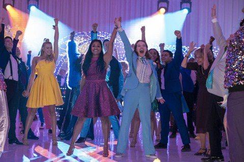 奧斯卡影后梅莉史翠普、妮可基嫚在電影「畢業舞會」化身舞台劇演員飆歌飆舞,從百老匯大道唱到平凡的高中體育館,力挺同志學生追愛,梅莉史翠普更為新片閉關苦練歌舞3個月。以LGBTQ族群為主角的電影「畢業舞...